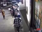 Tủ đựng đồ trước siêu thị bất ngờ đổ xuống, bé trai 6 tuổi tử vong