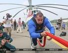Lực sĩ Belarus tay không kéo trực thăng 28 tấn