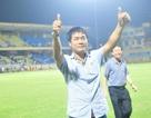 HLV Hữu Thắng tới sân Hàng Đẫy tuyển quân