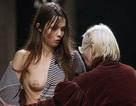 Người mẫu lộ ngực tại tuần lễ thời trang Paris
