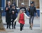 Victoria Beckham cười tươi khi cùng con ra phố