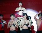 Nữ sinh trổ tài múa đương đại với dàn phụ trợ điển trai