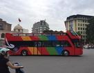 Xe buýt mui trần 2 tầng sặc sỡ chạy trên phố Hà Nội