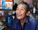 Ông lão nghèo hơn 20 năm vá đường không công