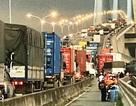 Xe máy cháy dữ dội, cầu Phú Mỹ ùn tắc nghiêm trọng