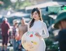 Thiếu nữ Huế duyên dáng áo dài trắng ở chợ Đông Ba