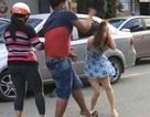 Nam thanh niên dùng mũ bảo hiểm đánh phụ nữ đã đến công an trình diện