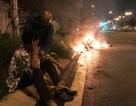 Giải cứu người đàn ông bỏng nặng bên chiếc xe máy cháy rực