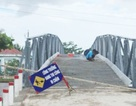 Phó Bí thư xã dỡ biển cấm qua cầu cho xe chở vật tư vào xây nhà