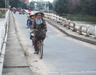 Người dân vẫn lưu thông trên cây cầu lún nửa mét dù... đã cấm