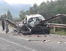 Ô tô nát bét với thanh hộ lan xuyên dọc, 4 người thương vong
