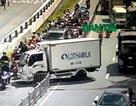 Xe tải mất lái trước hầm Thủ Thiêm, giao thông hỗn loạn