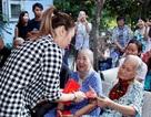 Hình ảnh nghệ sĩ Việt trong những chuyến từ thiện cuối năm