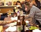 Thuê khỉ làm... bồi bàn, quán rượu ở Nhật Bản gây sốt