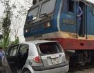 Tàu hỏa tông ô tô, 4 người thoát chết trong gang tấc