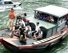 """Tàu """"nhiều không"""" chở 30 khách tham quan Vịnh Hạ Long"""