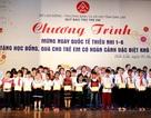 Trao 250 suất học bổng và hàng trăm phần quà cho trẻ em khó khăn