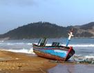 """Lũ đánh vỡ toác nhiều tàu cá, ngư dân """"thèm"""" ra khơi"""