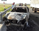 Xe Mercedes bốc cháy, tài xế liều mình tìm cách mở cửa thoát thân