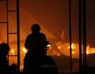 Hàng trăm cảnh sát khống chế đám cháy lớn giữa khu dân cư