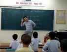 """Chân dung thầy giáo nhảy """"cực sung"""" dạy học sinh tiểu học hát"""