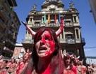 Tây Ban Nha: Biểu tình ngực trần phản đối lễ hội bò đuổi