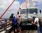Xe tải chở đá bất ngờ cháy trên cầu Cần Thơ