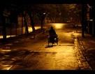 Người đàn ông bế con trong đêm khiến nữ lao công rụng rời