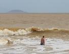 Nha Trang: Sóng lớn, du khách thản nhiên tắm biển dù bị nghiêm cấm