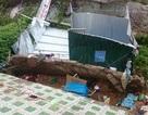 Lở đất gây sập nhà, một cụ ông nhập viện