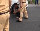 """Bắt khẩn cấp tài xế """"xe điên"""" chống đối, tấn công cảnh sát giao thông"""