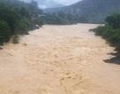 Nước lũ dâng cao chia cắt hàng trăm hộ dân