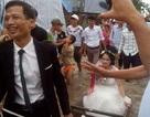 Đám cưới mùa mưa bão: Chú rể gây sốt rước dâu bằng xe trâu, máy xúc