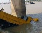 Xe tải húc tung hàng chục mét thành cầu, bay thẳng xuống sông