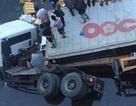 Xe container lao thẳng xuống sông, một người thiệt mạng
