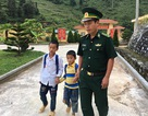 Chiến sĩ biên phòng nhận chăm sóc, dạy học cho 2 em nhỏ mồ côi cha