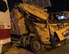 Xe tải chở đất tông xe khách, 2 người bị thương