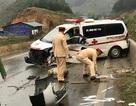 Xe cứu thương tự gây tai nạn, 3 người nhập viện
