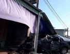 Ô tô bán tải tông thẳng cột điện, chui vào nhà dân, lái xe bị thiệt mạng