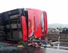 Hơn 10 người kêu cứu trong xe khách lật ngang quốc lộ