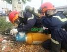 """Truy """"thủ phạm"""" vứt 2 bình khí lỏng độc trên đường phố Sài Gòn"""