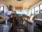 Quá tiện căn nhà di động cải tạo từ chiếc xe buýt trường của chàng trai 25 tuổi mê du lịch