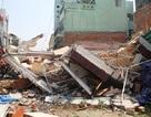 Nhà 2 tầng đổ sập, cụ ông văng xuống đường tử vong