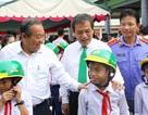 Phó Thủ tướng Trương Hòa Bình tặng hàng trăm phần quà cho người dân Long An