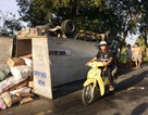 Xe tải bể bánh, chổng vó, 2 người thoát chết trong gang tấc