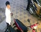 Táo tợn dàn cảnh trộm xe ngay trước mặt bảo vệ cửa hàng