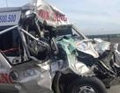 Xe khách nát bét đầu, 4 người bị thương nặng
