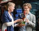 Đại sứ Thụy Điển thích thú ngắm tượng gà ở chợ gốm Bát Tràng