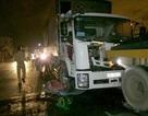 Xe tải chở nước sơn bốc cháy sau khi tông vào chiếc xe hỏng