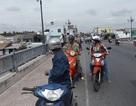 Một phụ nữ bỏ lại xe gắn máy rồi nhảy cầu tự vẫn